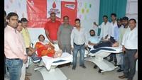 राष्ट्रीय स्वैच्छिक रक्तदाता दिवस के अवसर पर आगरा में रक्तदान करते लोग