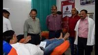राष्ट्रीय स्वैच्छिक रक्तदाता दिवस के अवसर पर वाराणसी में रक्तदान करते लोग