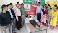 राष्ट्रीय स्वैच्छिक रक्तदाता दिवस के अवसर पर शिमला में रक्तदान करते लोग