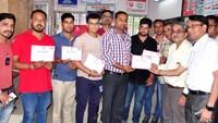 राष्ट्रीय स्वैच्छिक रक्तदाता दिवस के अवसर पर सहारनपुर जिला अस्पताल में रक्तदाताओं को प्रशस्तिपत्र प्रदान करते सीएमओ
