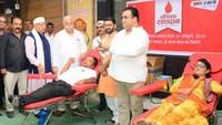 राष्ट्रीय स्वैच्छिक रक्तदाता दिवस के अवसर पर लखनऊ में रक्तदान करते लोग