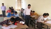 बांदा के दृष्टिबाधित कॉलेज में आयोजित अतुल माहेश्वरी छात्रवृत्ति परीक्षा- 2019 की परीक्षा देते विद्यार्थी