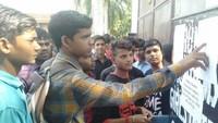 अतुल माहेश्वरी छात्रवृत्ति परीक्षा के दौरान परीक्षा केंद्र के बाहर अपना रोल नंबर व कक्ष संख्या देखते विद्यार्थी