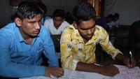 गोरखपुर के लालडिग्गी स्थित राजकीय स्पर्श दृष्टिबाधित विद्यालय में आयोजित अतुल माहेश्वरी छात्रवृत्ति की परीक्षा देते अभ्यर्थी