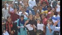 मुरादाबाद के आईएफटीएम युनिवर्सिटी में आयोजित अतुल माहेश्वरी छात्रवृत्ति परीक्षा के बाद ख़ुशी जाहिर करती छात्राएं