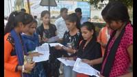 मुरादाबाद के आईएफटीएम युनिवर्सिटी में आयोजित अतुल माहेश्वरी छात्रवृत्ति की परीक्षा देने के बाद प्रश्न-पत्र का मिलान करती छात्राएं