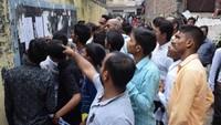 आजमगढ़ के सर्वोदय पब्लिक स्कूल में आयोजित अतुल माहेश्वरी छात्रवृत्ति परीक्षा में केंद्र के बाहर अपना रोल नंबर व कक्ष संख्या देखते विद्यार्थी