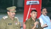 गाजियाबाद केराजनगर एक्सटेंशन स्थिति अजनारा इंटीग्रिटी सोसायटी में आयोजित पुलिस की चौपाल को संबोधित करते एसपी सिटी डॉ. मनीष मिश्रा