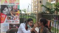 ग्रेटर नोएडा वेस्ट की सोसाइटी हिमालय प्राइड में आयोजित शिविर में दंत परिक्षण करते चिकित्सक