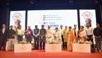 मुंबई के नरीमन पॉइंट स्थित वाईबी चव्हाण सेंटर में आयोजित अमर उजाला शब्द सम्मान- 2019 समारोह में फिल्मकार और कवि गुलज़ार और अन्य सम्मानित सदस्य