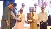वरिष्ठ कथाकार ज्ञानरंजन को आकाशदीप अलंकरण से सम्मानित करते शायर-फिल्मकार गुलज़ारl साथ में है अमर उजाला के प्रबंध निदेशक राजुल माहेश्वरी और समूह सलाहकार यशवंत व्याश