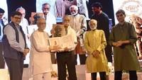 प्रख्यात कवि-उपन्यासकार भालचंद्र नेमाडे को आकाशदीप अलंकरण से सम्मानित करते शायर-फिल्मकार गुलज़ारl साथ में है अमर उजाला के प्रबंध निदेशक राजुल माहेश्वरी और समूह सलाहकार यशवंत व्याश