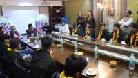 अतुल माहेश्वरी छात्रवृत्ति- 2019 के सफल छात्रों का नोएडा स्थित अमर उजाला कार्यालय में अमर उजाला फाउंडेशन के अध्यक्ष राजुल माहेश्वरी के साथ मुलाकात की और कई सवाल भी पूछे।