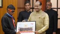संसद भवन में लोकसभा अध्यक्ष ओम बिरला से अतुल माहेश्वरी छात्रवृत्ति सम्मान पाते दृष्टिबाधित छात्र