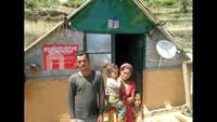तिलवाड़ा के जैली गांव में अपने आश्रय में परिवार के साथ विपिन प्रसाद।