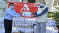 अमर उजाला फाउंडेशन- अलीगढ़ में मेडिकल कॉलेज के प्रिंसिपल को किट सौंपते एएमयू वीसी