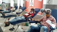 अमर उजाला फाउंडेशन की ओर से कानपुर में आयोजित शिविर में स्वैच्छिक रक्तदान करते लोग