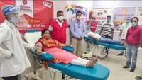 अमर उजाला फाउंडेशन की ओर से फिरोजाबाद में आयोजित शिविर में स्वैच्छिक रक्तदान करते लोग