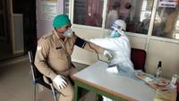 अमर उजाला फाउंडेशन द्वारा गाजियाबाद में आयोजित रक्तदान शिविर में रक्तदान करने पहुंचे सिपाही अनिल तोमर।