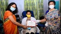 अमर उजाला फाउंडेशन द्वारा लखनऊ अवध हॉस्पिटल में आयोजित शिविर में रक्तदाता को प्रशस्तिपत्र प्रदान करती केजीएमयू ब्लड बैंक की इंजार्ज डॉ. तूलिका चंद्रा और मेयर संयुक्ता भाटिया।