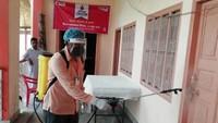 अमर उजाला फाउंडेशन की ओर से मेरठ में आयोजित रक्तदान शिविर परसर को सैनिटाइज करता स्वास्थ्य कर्मी