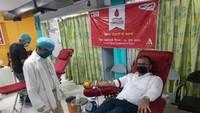 अमर उजाला फाउंडेशन की ओर से लखनऊ में आयोजित शिविर में रक्तदान करते युवा