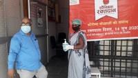 अमर उजाला फाउंडेशन की ओर से गोरखपुर में आयोजित शिविर में रक्तदान के लिए आते लोगों के हैण्ड सैनिटाइजर उपलब्ध कराती स्वास्थ्य कर्मी