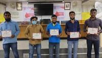 कारगिल विजय दिवस के मौके पर वाराणसी में आयोजित शिविर में स्वैच्छिक रक्तदान के बाद अपना प्रसस्तिपत्र दिखाते युवा