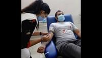 कारगिल विजय दिवस के मौके पर रोहतक में आयोजित शिविर में स्वैच्छिक रक्तदान करता युवक