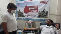 कारगिल विजय दिवस के मौके पर आगरा में आयोजित शिविर में स्वैच्छिक रक्तदान करता युवक