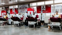 राष्ट्रीय स्वैच्छिक रक्तदान दिवस पर लखनऊ के केजीएमयू में रक्तदान करते लोग
