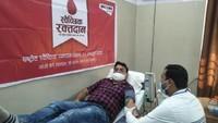 राष्ट्रीय स्वैच्छिक रक्तदान दिवस पर आगरा में आयोजित शिविर में रक्तदान करते लोग