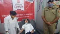 राष्ट्रीय स्वैच्छिक रक्तदान दिवस पर बरेली में आयोजित शिविर में रक्तदान करते लोग