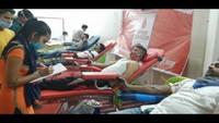 राष्ट्रीय स्वैच्छिक रक्तदान दिवस पर कानपुर में आयोजित शिविर में रक्तदान करते लोग