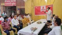 राष्ट्रीय स्वैच्छिक रक्तदान दिवस पर वाराणसी में आयोजित शिविर में रक्तदान करते लोग