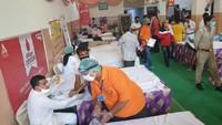 राष्ट्रीय स्वैच्छिक रक्तदान दिवस पर मेरठ में आयोजित शिविर में रक्तदान करते लोग