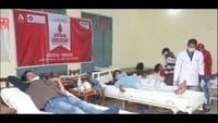 उधमसिंह नगर के चंद्रावती तिवारी कन्या महाविद्यालय में आयोजित शिविर में स्वैच्छिक रक्दान करते महादानी