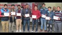 उधमसिंह नगर के चंद्रावती तिवारी कन्या महाविद्यालय में आयोजित शिविर में रक्तदान के बाद प्रमाण पत्रों के साथ महादानी