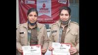 रक्तदान के बाद प्रमाण पत्रों के साथ पुलिसकर्मी