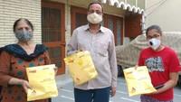 अमर उजाला फाउंडेशन की ओर से मेरठ के शास्त्री नगर में लोगों को कोरोना केयर किट उपलब्ध कराया गया