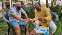 अमर उजाला फाउंडेशन की ओर से मेरठ के कंकरखेड़ा में बुजुर्ग को ऑक्सीजन नापने की जानकारी देते दुष्यंत रोहटा