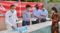 आगरा शास्त्रीपुरम स्थित ईपीआईपी में जरुरतमंदों को पल्स ओक्सीमीटर देते विनोद कुमार