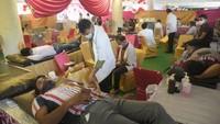 विश्व रक्तदाता दिवस पर चंडीगढ़ में आयोजित रक्तदान शिविर में महादान करते लोग।