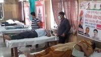 विश्व रक्तदाता दिवस पर अलीगढ़ में आयोजित रक्तदान शिविर में महादान करते लोग।
