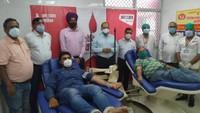 विश्व रक्तदाता दिवस पर गोरखपुर में आयोजित रक्तदान शिविर में महादान करते लोग।