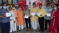 विश्व रक्तदाता दिवस पर हिसार में आयोजित शिविर में प्रशस्तिपत्र दिखाते महादानी।