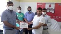 विश्व रक्तदाता दिवस पर बरेली में आयोजित रक्तदान शिविर में मौजूद लोग।