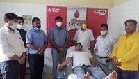 विश्व रक्तदाता दिवस पर बरेली में आयोजित रक्तदान शिविर में महादान करता युवक और मौजूद लोग।