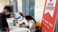 विश्व रक्तदाता दिवस पर अलीगढ़ में आयोजित शिविर में रक्तदान के लिए पंजीकरण कराता युवक।