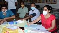 विश्व रक्तदाता दिवस पर रोहतक में आयोजित शिविर में रक्तदान के लिए पंजीकरण कराते स्वास्थ्यकर्मी।